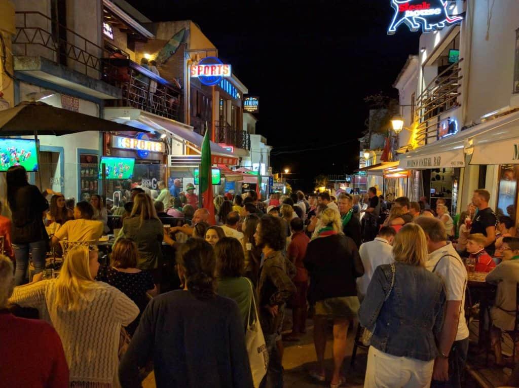 Rua da vila de Alvor lotada no verão