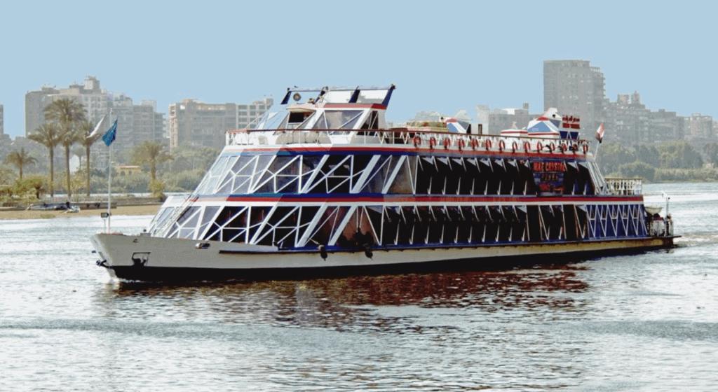 Um barco para passeio com jantar no Rio Nilo, no Cairo.