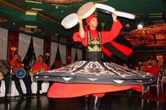 Um dançarino em barco no Cairo.