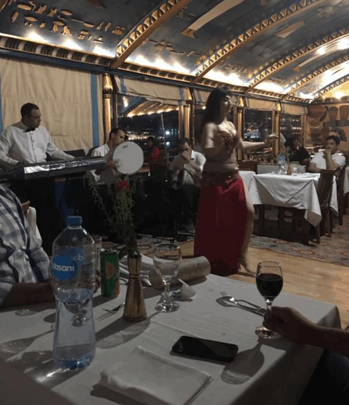 Dança do ventre durante jantar em barco no Cairo.