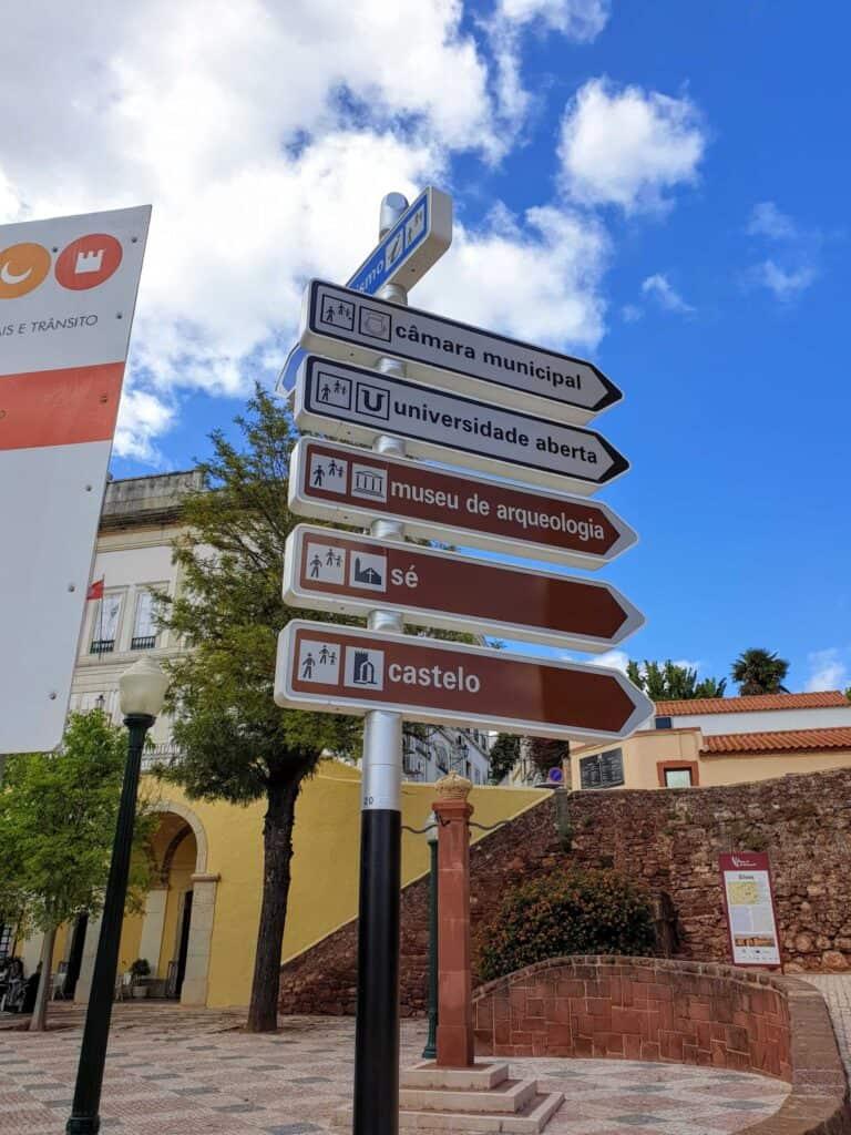 Placas no Centro Histórico de Silves ajudam no roteiro turístico