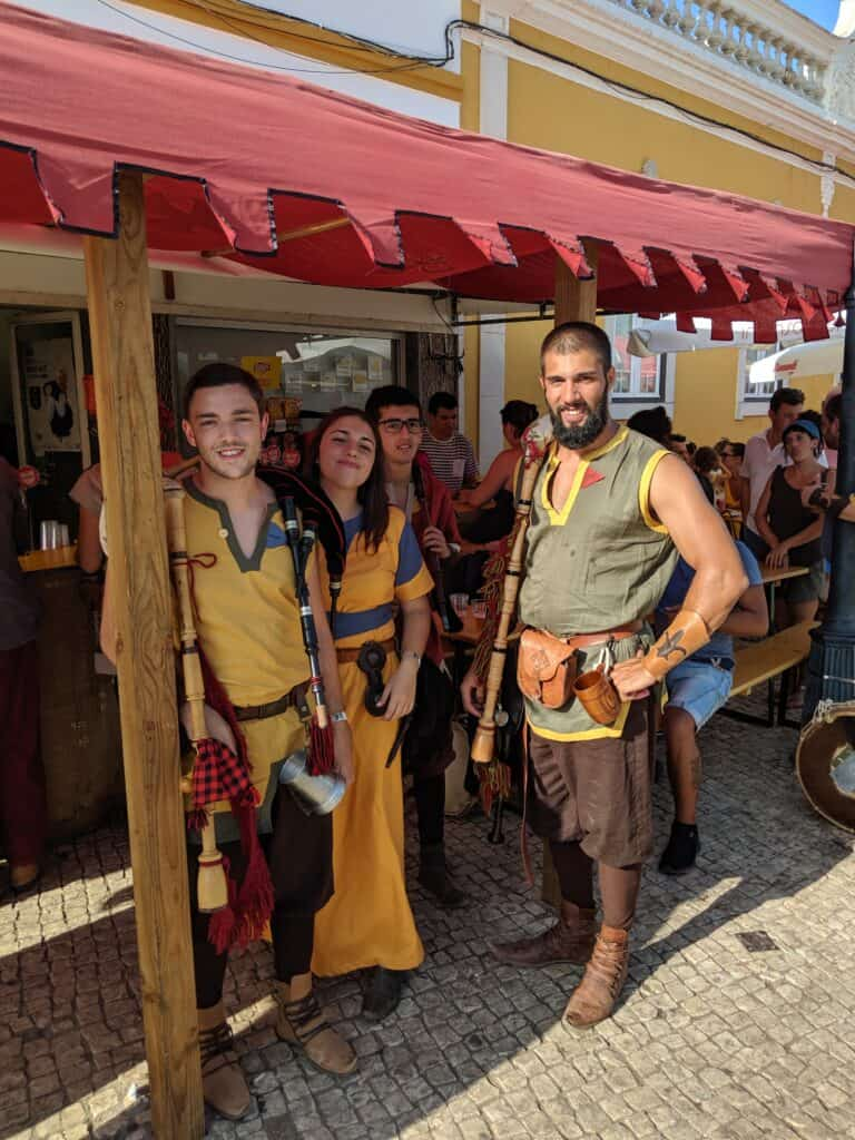 Pessoas em trajes medievais