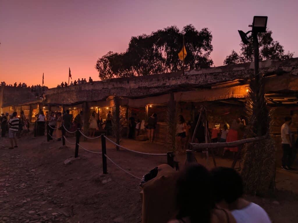 Feira Medieval em Portugal durante a noite