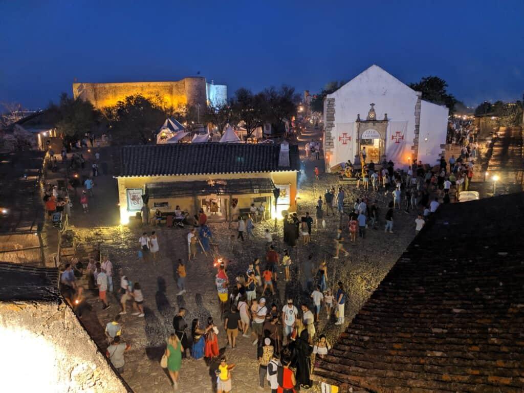 Cena noturna da feira medieval