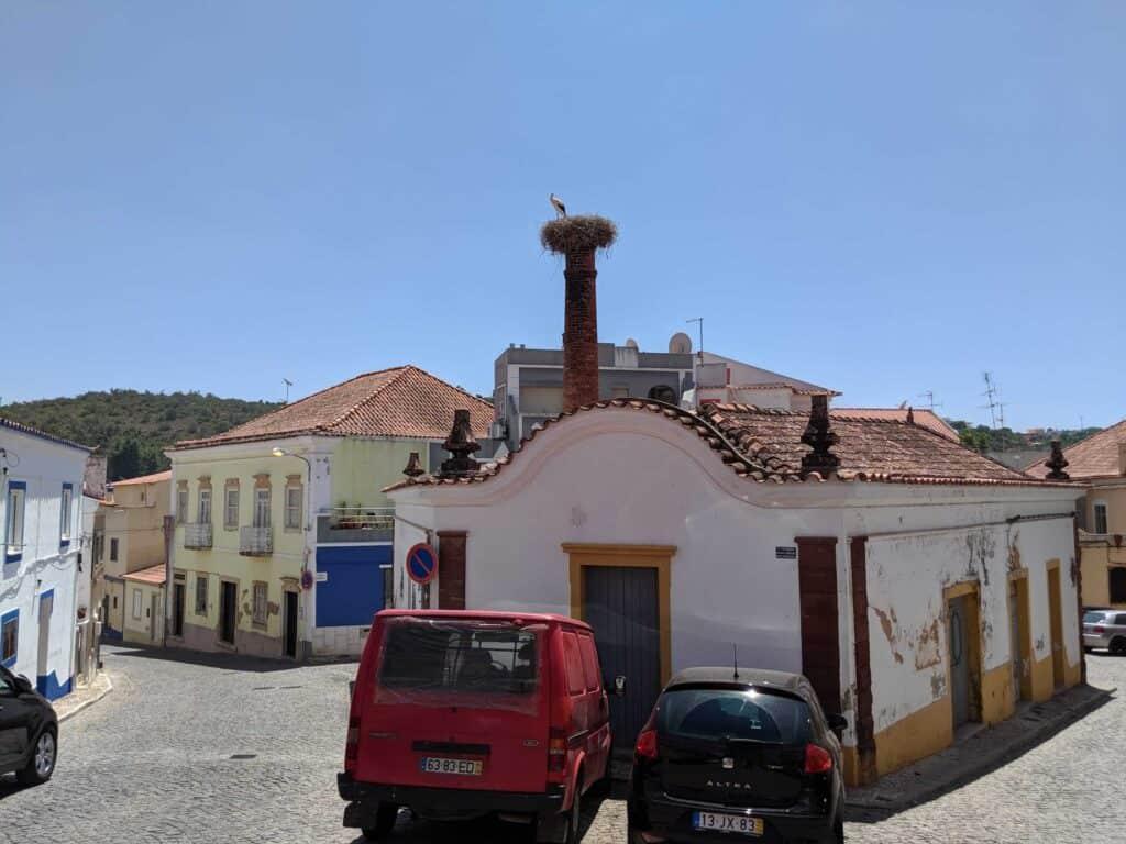 Ninho de cegonha em chaminé no Centro Histórico de Silves