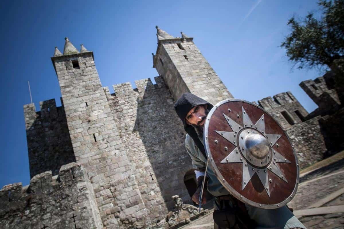 Cavaleiro com espada e escudo na Feira Medieval de Santa Maria da Feira