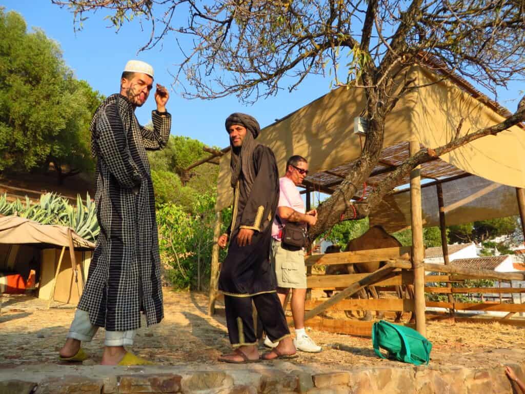 Atores cumprimentam os visitantes da Feira Medieval em Portugal