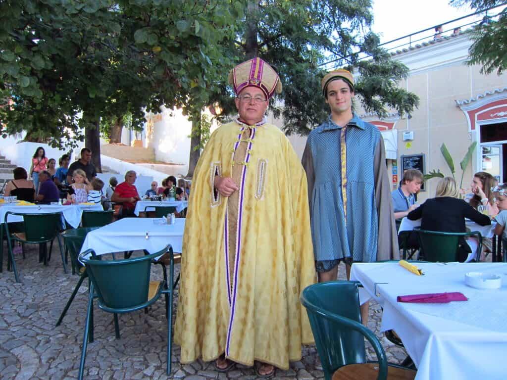 Atores vestidos em trajes medievais