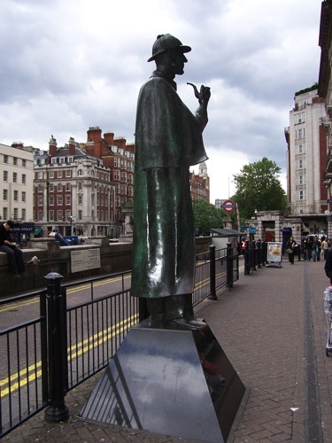 Estátua de bronze de Sherlock Holmes na rua.