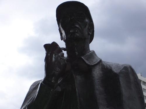Estátua de Sherlock Holmes na rua de Londres, vista mais de perto.