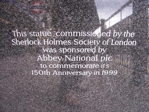 Direita do pedestal da estátua de Sherlock Holmes em Londres
