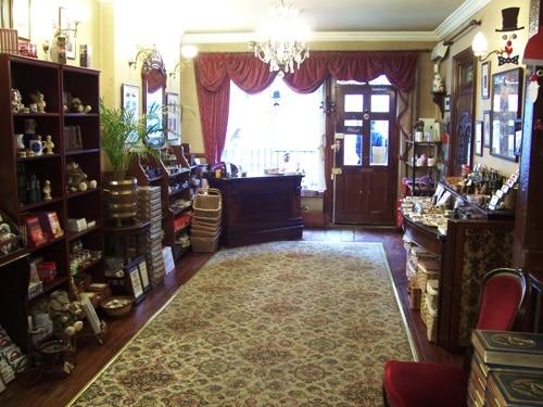 Interior do Museu Sherlock Holmes, olhando para a porta de entrada
