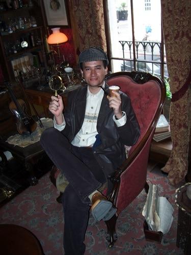 Glauco sentado na cadeira de Sherlock Holmes