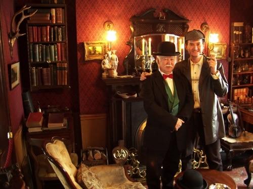 Glauco caracterizado como Holmes, ao lado de ator no papel de Dr. Watson