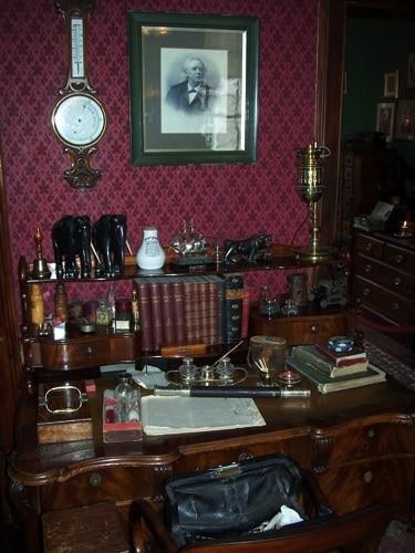 Interior do Museu Sherlock Holmes - mesa de escritório