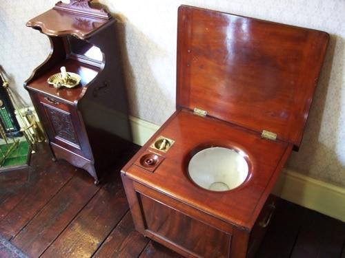 Um engraçado assento (vaso sanitário) no Museu Sherlock Holmes