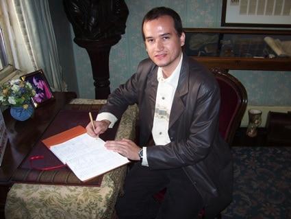 Glauco assinando o livro de visitas do Museu Sherlock Holmes