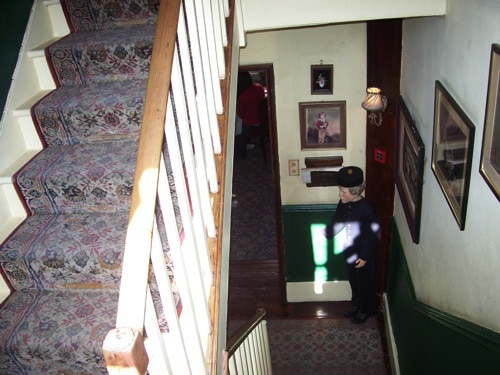 Subindo para o segundo andar do Museu Sherlock Holmes