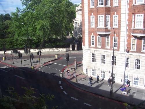 Olhando pela janela, à esquerda, no Museu Sherlock Holmes