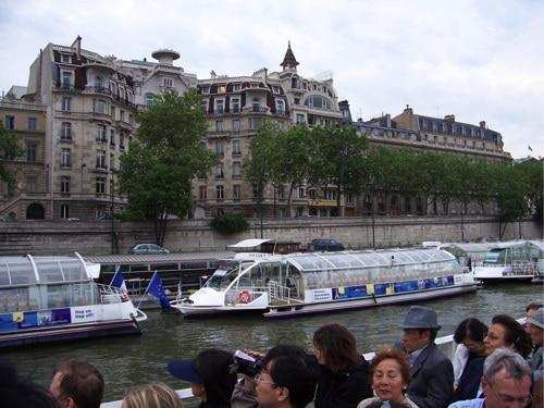 Passeio de barco no Rio Sena