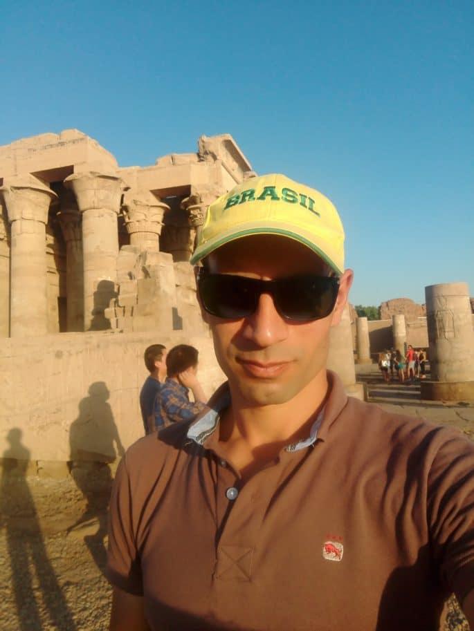 Hadi Salah diante de um templo no Egito.