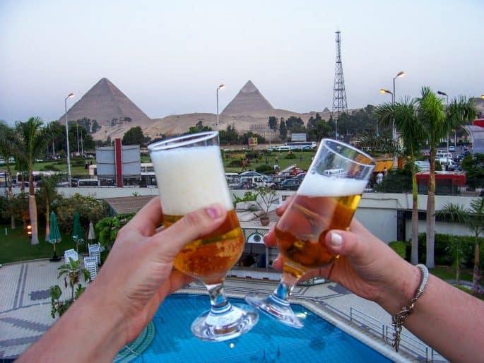 Brinde diante das Grandes Pirâmides