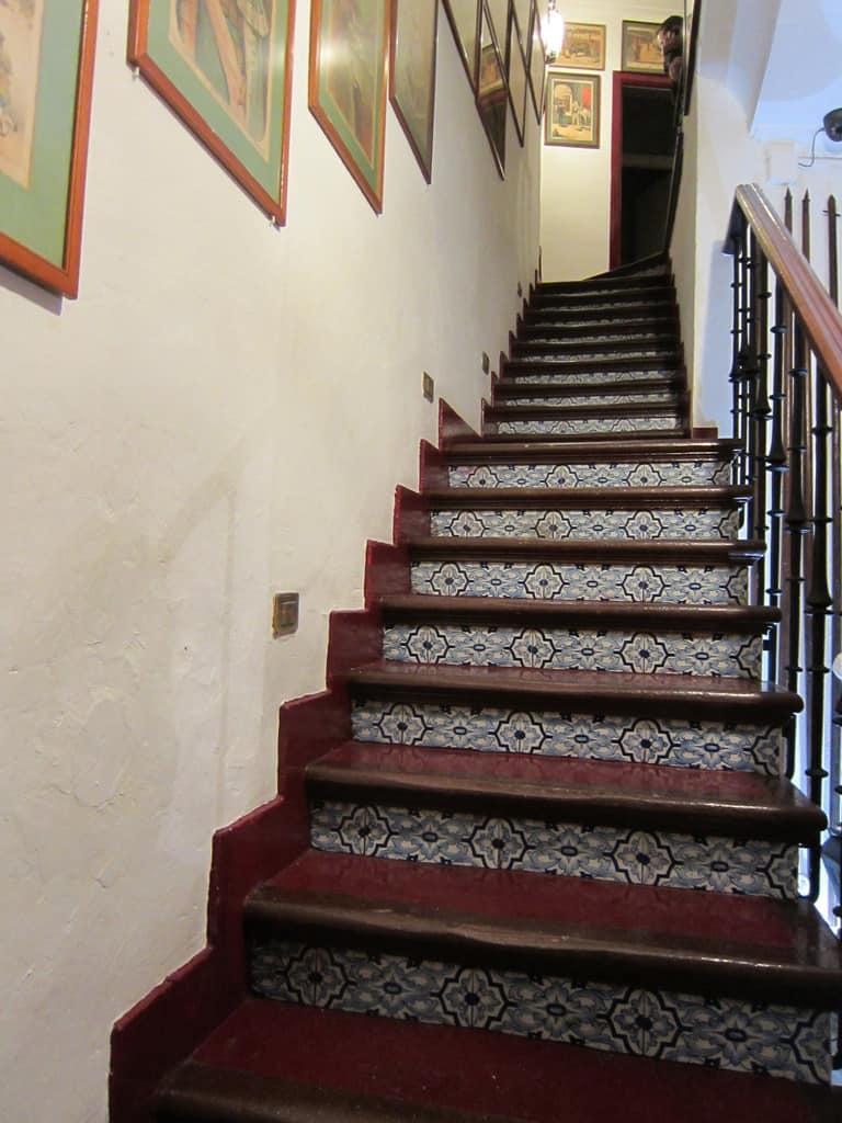 Escada de acesso ao banheiro/casa de banho. Aproveite para apreciar gravuras históricas.