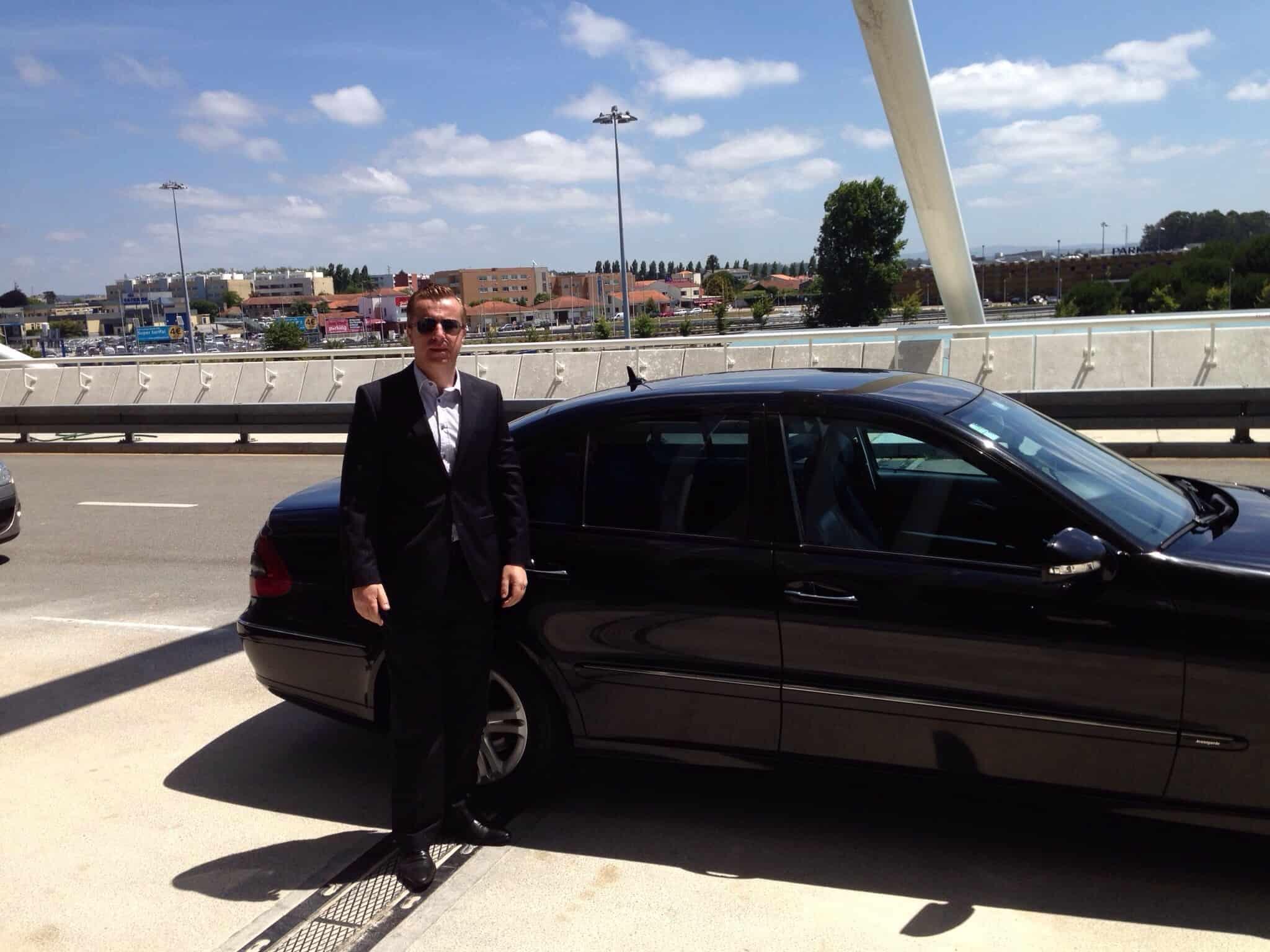 O guia de turismo Fernando Macedo diante de seu carro em Porto