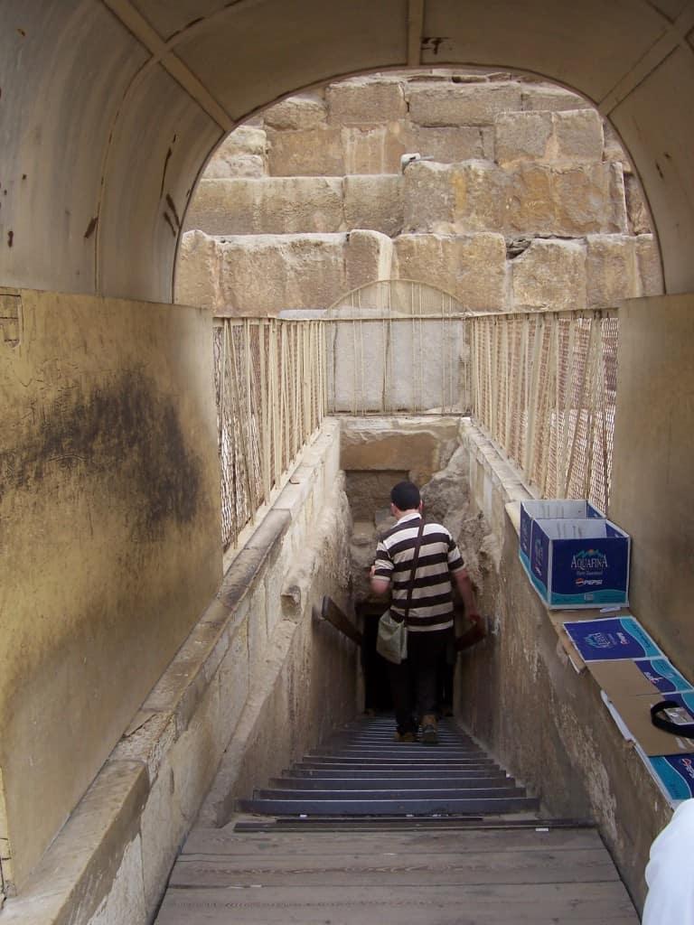 Entrando na Pirâmide de Quéfren.