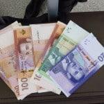 Turistas e dinheiro em Marrocos