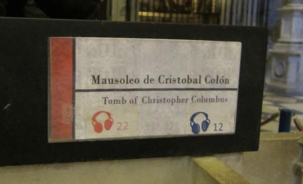 Placa de identificação no túmulo de Cristóvão Colombo, na Catedral de Sevilha