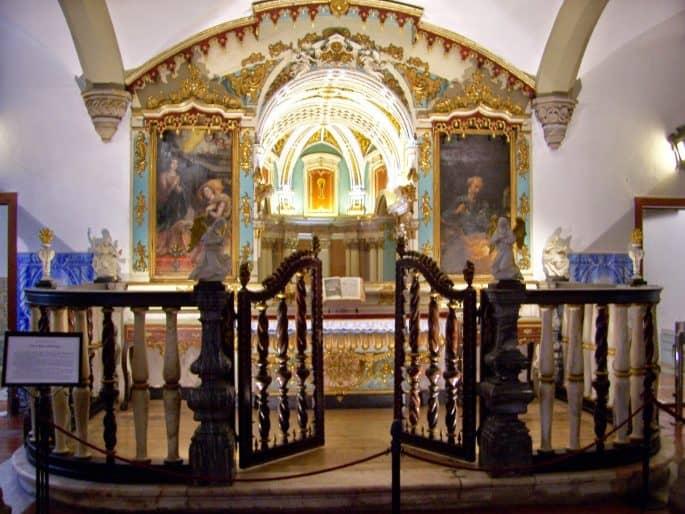 Altar na pré-entrada da Capela dos Ossos