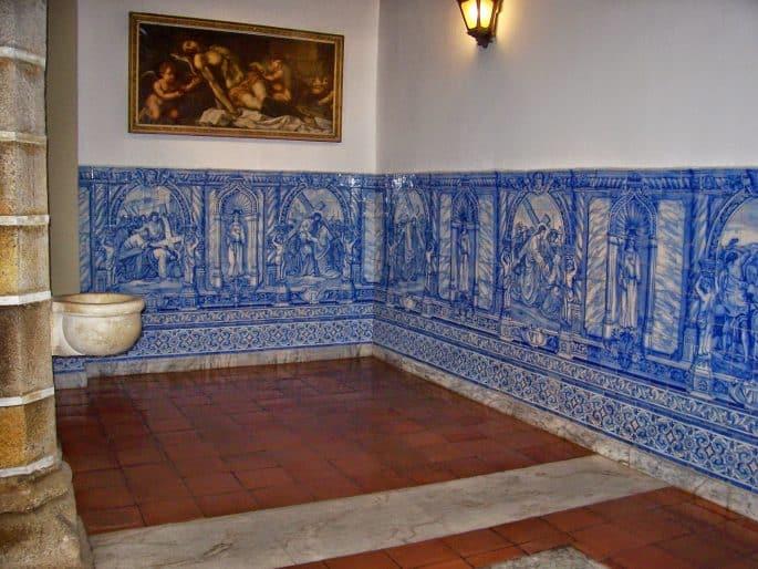 Azulejos na Sala dos Capítulos da Capela dos Ossos