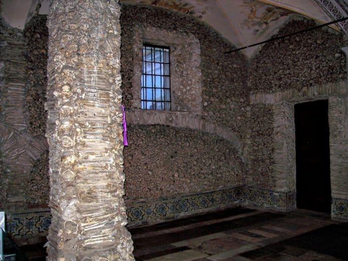 Coluna e parede da Capela dos Ossos
