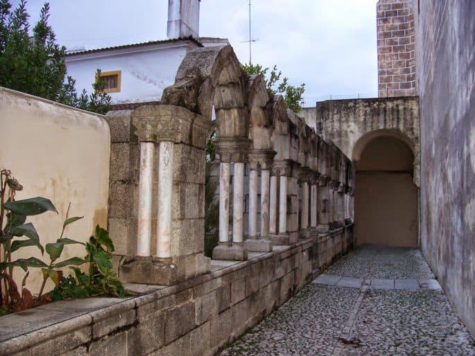 Corredor na entrada da Capela dos Ossos
