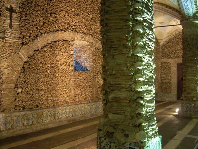 Duas colunas e uma parede da Capela dos Ossos