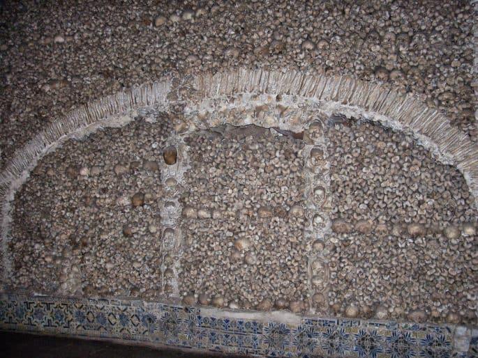 Ornamentos em uma parede da Capela dos Ossos