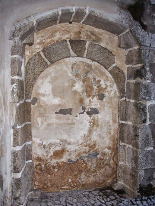 Passagem suspeita, lacrada, na entrada da Capela dos Ossos