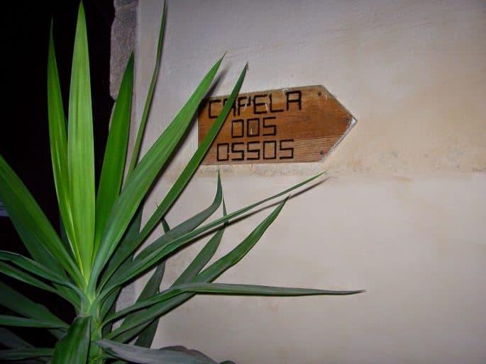 Placa indica acesso à Capela dos Ossos