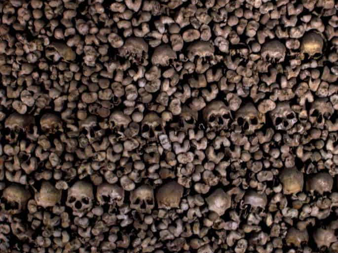 Diversos ossos na parede da Capela dos Ossos