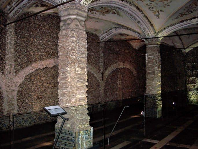 Visão geral do lado direito da Capela dos Ossos