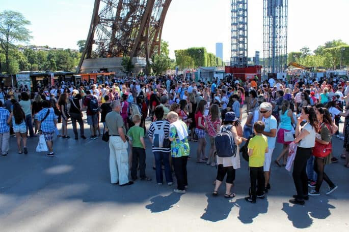 Caos na área para subir na Torre Eiffel