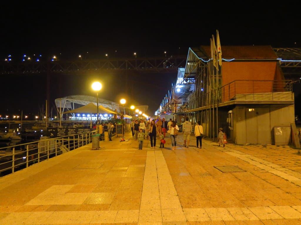 Turistas chegando às Docas, em Lisboa.
