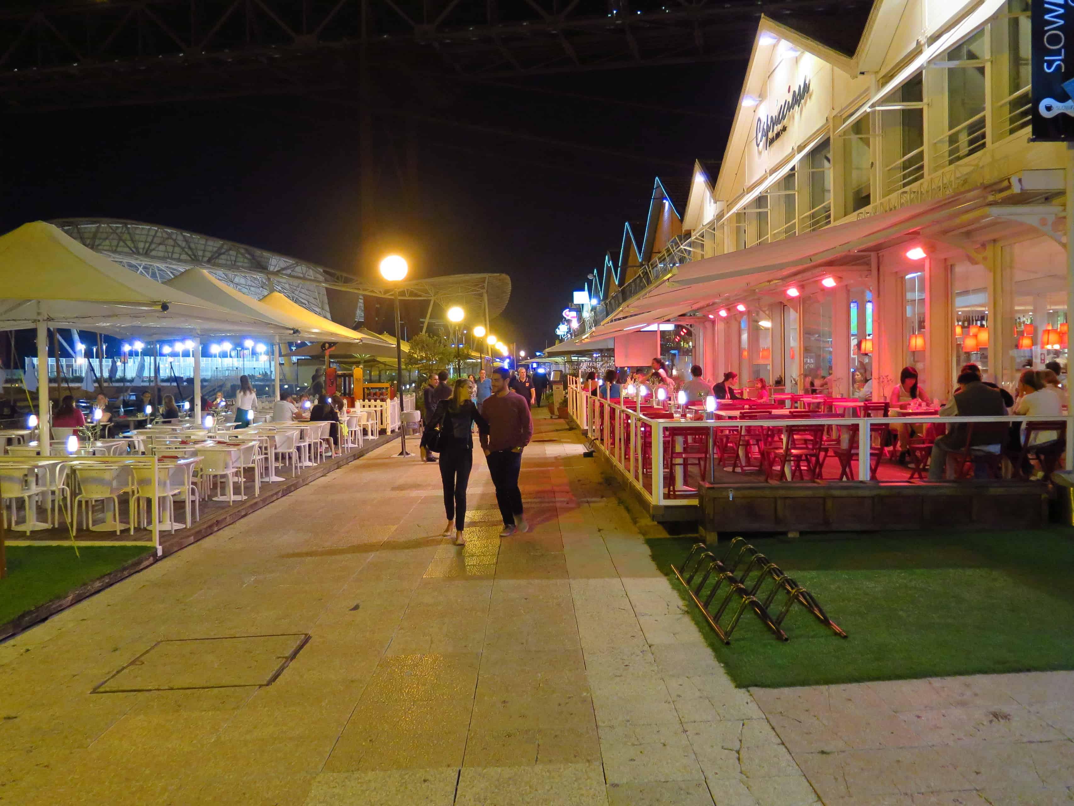 Mesas externas em restaurantes nas Docas.