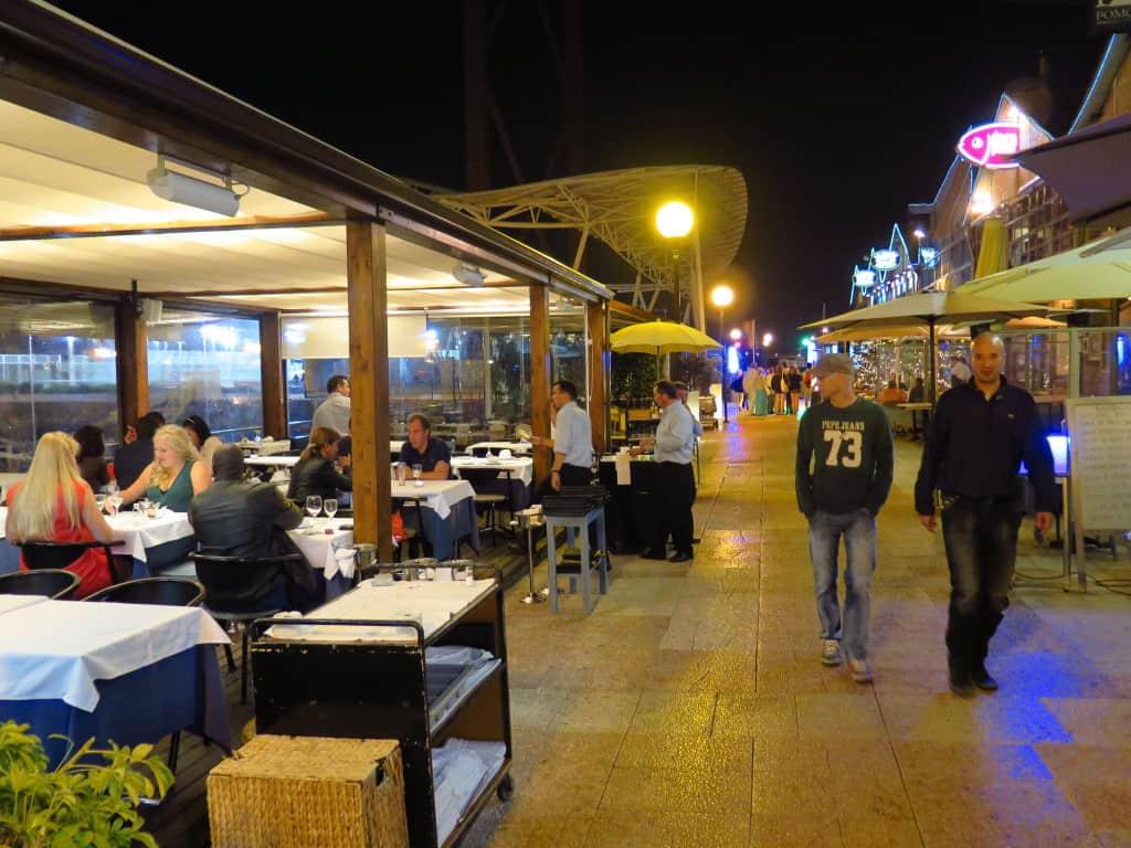 Turistas e mesas externas.