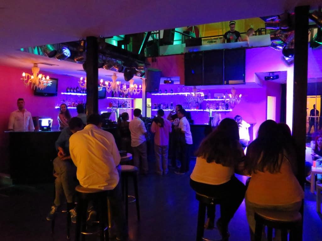 Interior de um bar nas Docas de Lisboa.