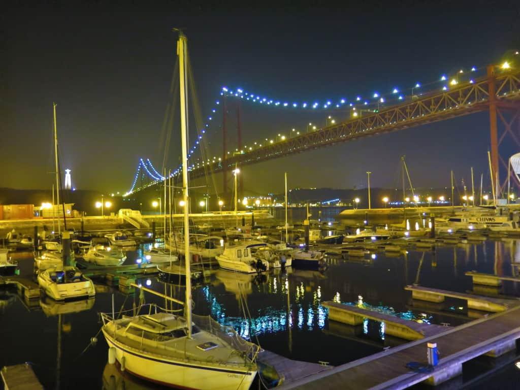 As Docas, em Lisboa, com barcos parados no Rio Tejo.