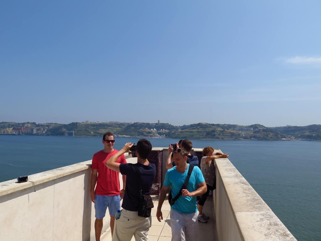 Turistas no miradouro.