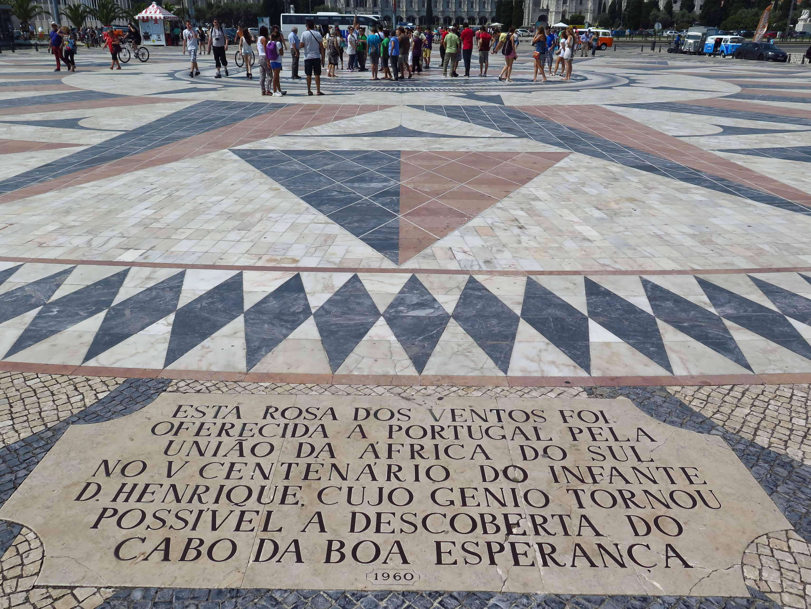Calçada em frente do monumento.