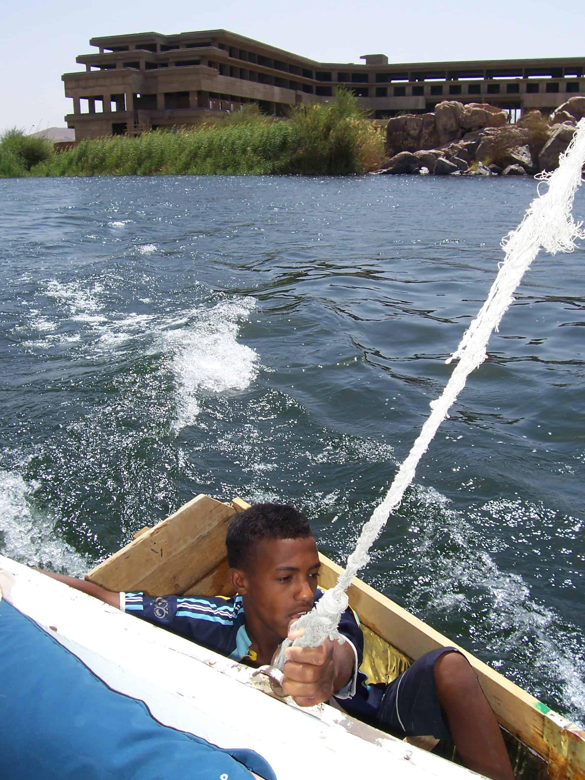 Mendigo do Nilo canta para turistas no Rio Nilo.